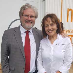 La chef Maria José San Román acudió a la presentación del Aula de Frescos de Mercalicante. En la foto, con Josep Sirera